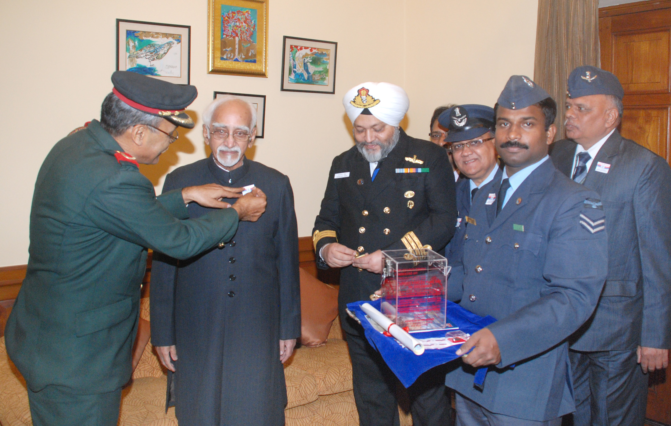 The Honourable Vice President, Shri M. Hamid Ansari being presented with the  Flag Sticker, on the occasion of the Armed Forces Flag Day, in New Delhi on December 07, 2016