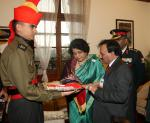 Secretary ESW, Smt. Sanjeevanee Kutty making   contribution through PoS  machine  on the occasion of the Armed Forces Flag Day, in New Delhi on December 07, 2017.