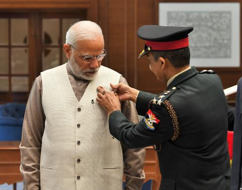 Secy, KSB  pinning  a lapel on Shri Narendra Modi, Hon'ble PM on  the occasion of AFFD, in New Delhi on 07.12.2018.